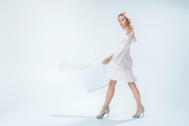 Jeune femme avec du charme dans une robe blanche image libre de droits