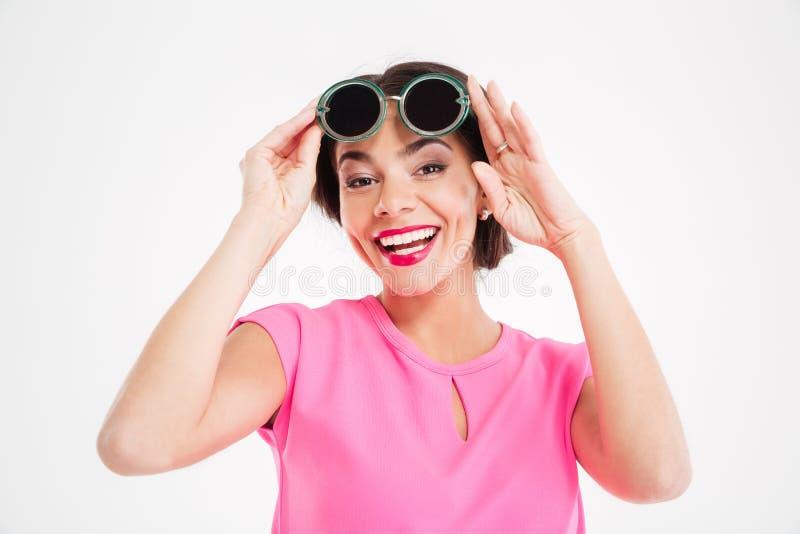 Jeune femme avec du charme gaie dans des lunettes de soleil photographie stock