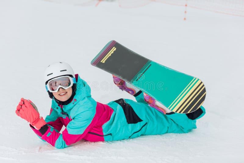 Jeune femme avec du charme impressionnante ayant un repos à la station de sports d'hiver photos libres de droits