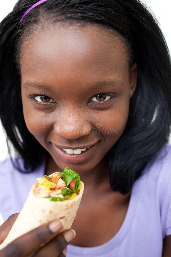 Jeune femme avec du charme mangeant une enveloppe image libre de droits