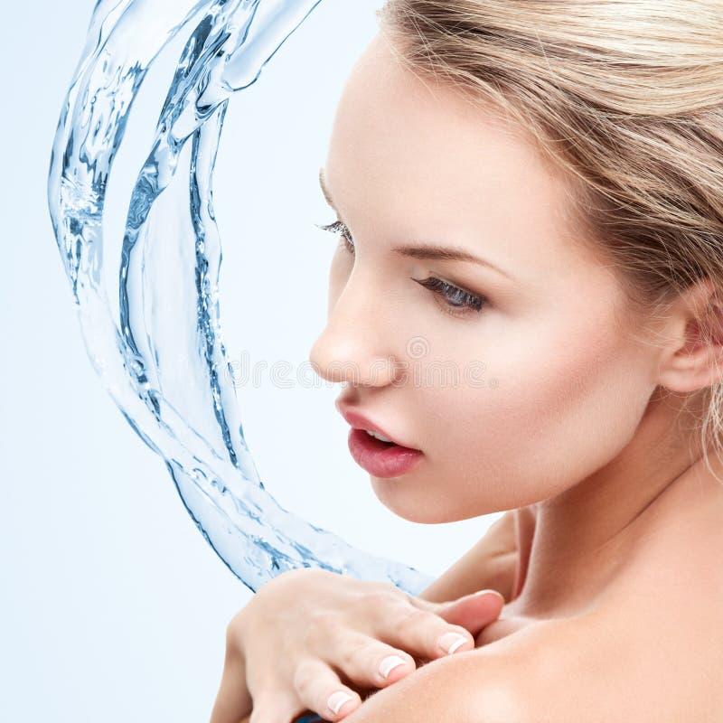 Jeune femme avec l'éclaboussure de l'eau images libres de droits