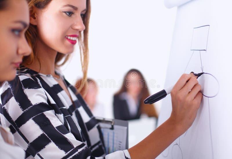 Jeune femme avec l'écriture de dossier à bord images libres de droits