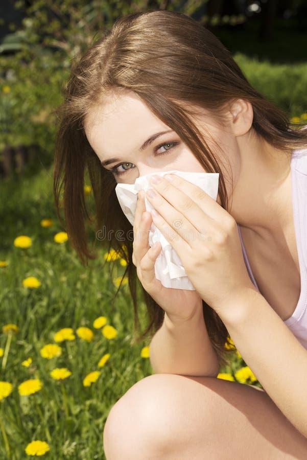 Jeune femme avec l'allergie photo stock