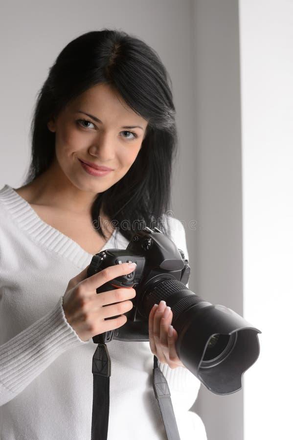 Jeune femme avec l'appareil-photo. Portrait de beau holdi de jeune femme photographie stock