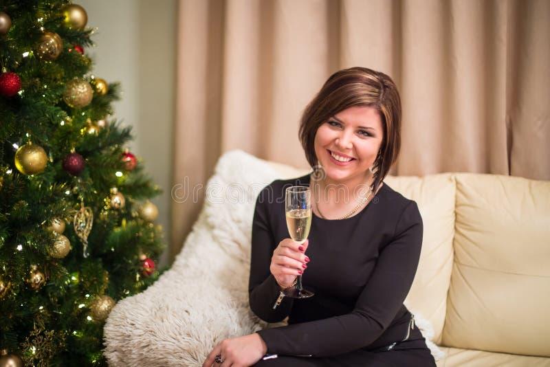 Jeune femme avec l'arbre de Noël images stock