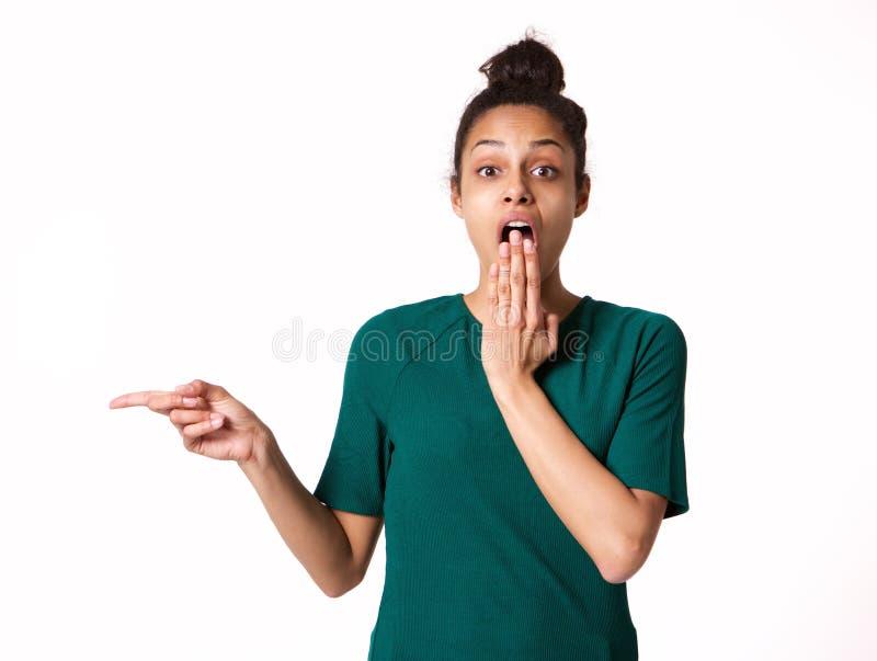 Jeune femme avec l'expression choquée se dirigeant à l'espace de copie photo stock