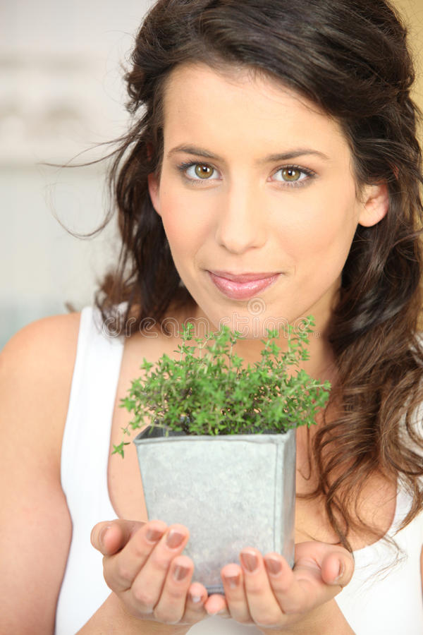 Jeune femme avec l'herbe photo stock