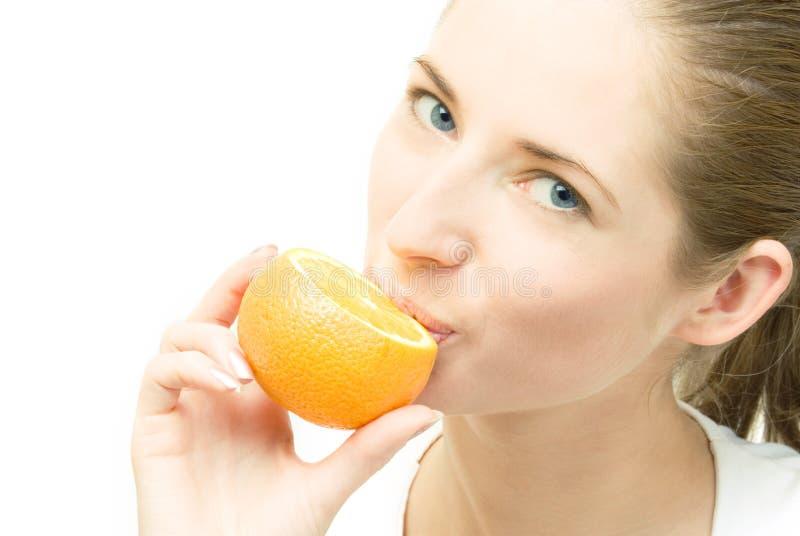 Jeune femme avec l'orange image libre de droits