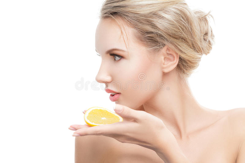 Jeune femme avec l'orange dans des ses mains photo stock