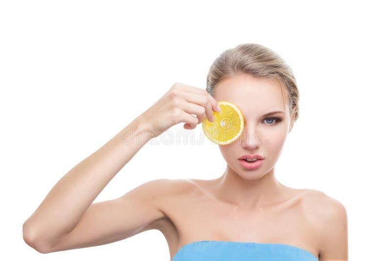 Jeune femme avec l'orange dans des ses mains photos libres de droits