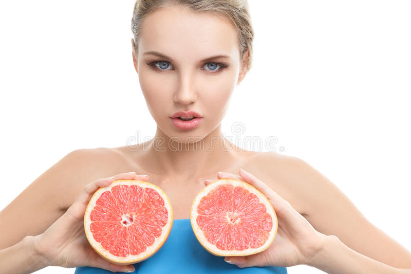 Jeune femme avec l'orange dans des ses mains photographie stock libre de droits