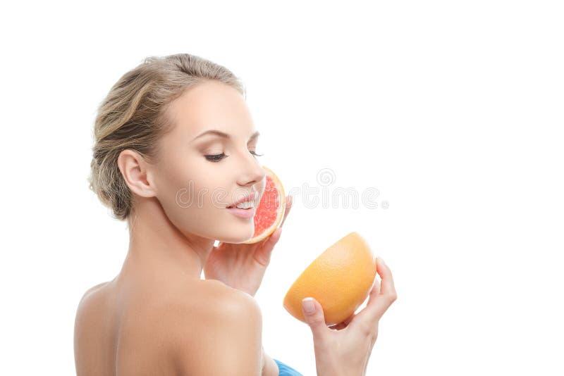 Jeune femme avec l'orange dans des ses mains image libre de droits