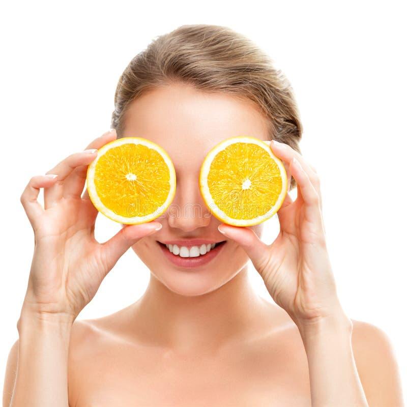 Jeune femme avec l'orange dans des ses mains photographie stock