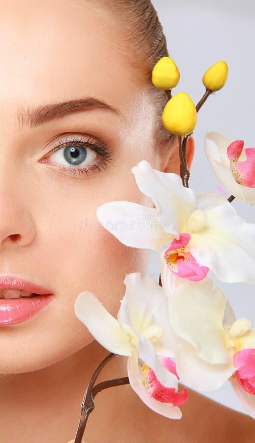 Download Jeune Femme Avec L'orchidée, D'isolement Sur Le Fond Blanc Photo stock - Image du attrayant, beauté: 87700902