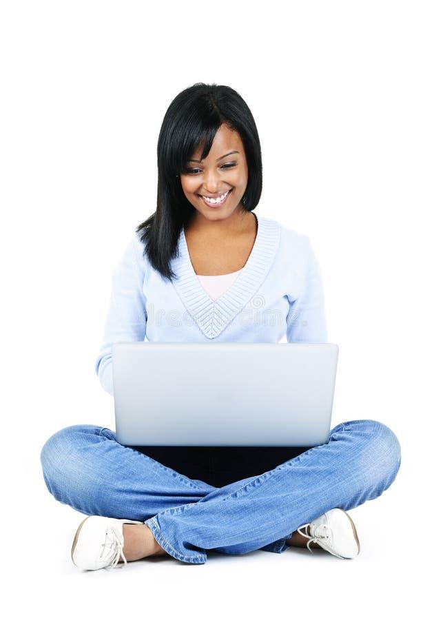 Jeune femme avec l'ordinateur images libres de droits