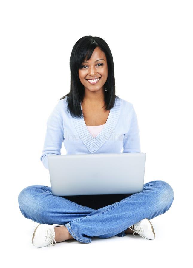 Jeune femme avec l'ordinateur photographie stock