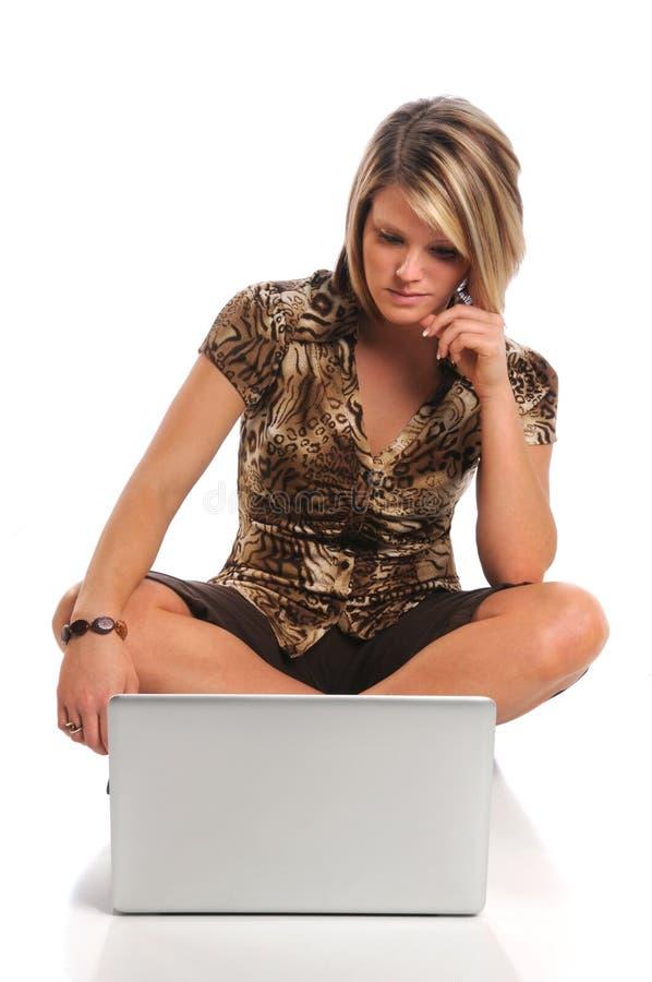 Jeune femme avec l'ordinateur portatif images libres de droits