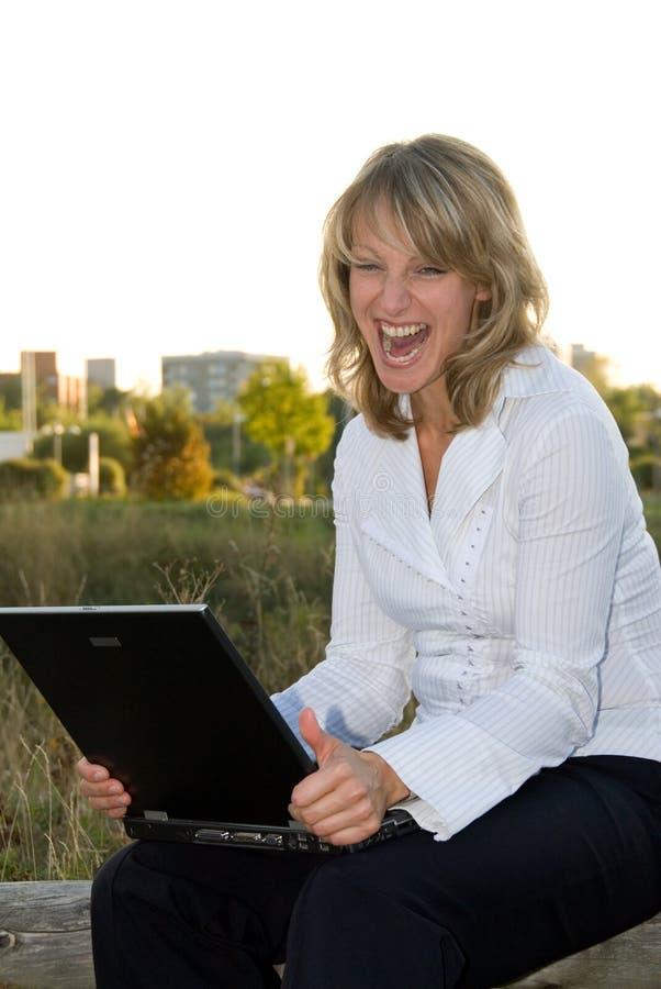 Jeune femme avec l'ordinateur portatif images stock