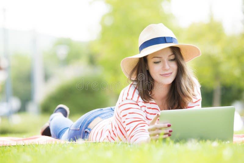 Jeune femme avec l'ordinateur portatif extérieur photos libres de droits