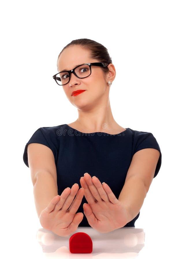 Jeune femme avec la bague de fiançailles dans la boîte images libres de droits