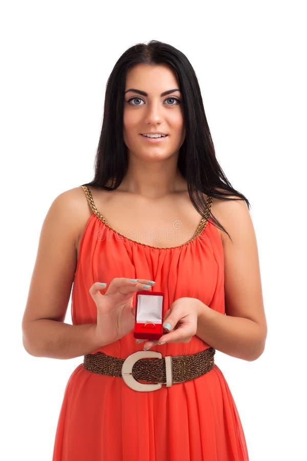 Jeune femme avec la bague de fiançailles dans le cadre photos stock