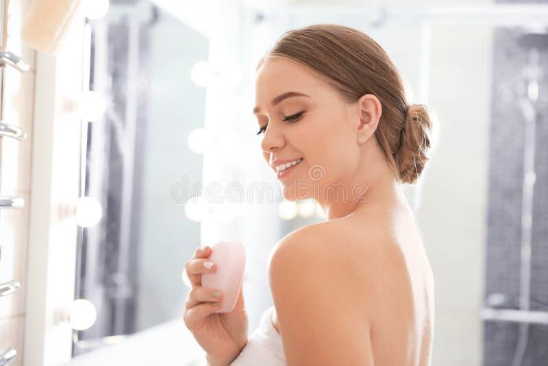 Jeune femme avec la barre de savon image libre de droits