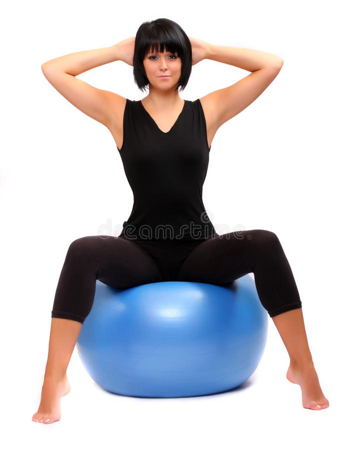 Jeune femme avec la bille de pilates. photographie stock libre de droits