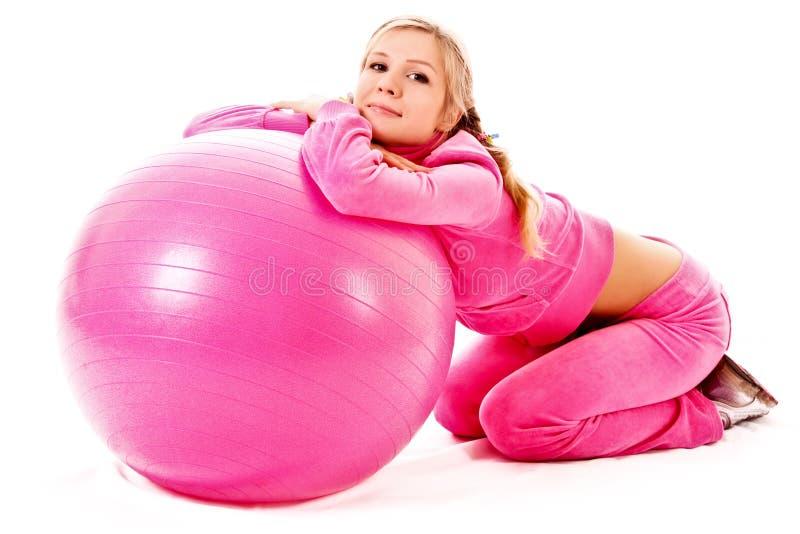 Jeune femme avec la bille gymnastique images stock
