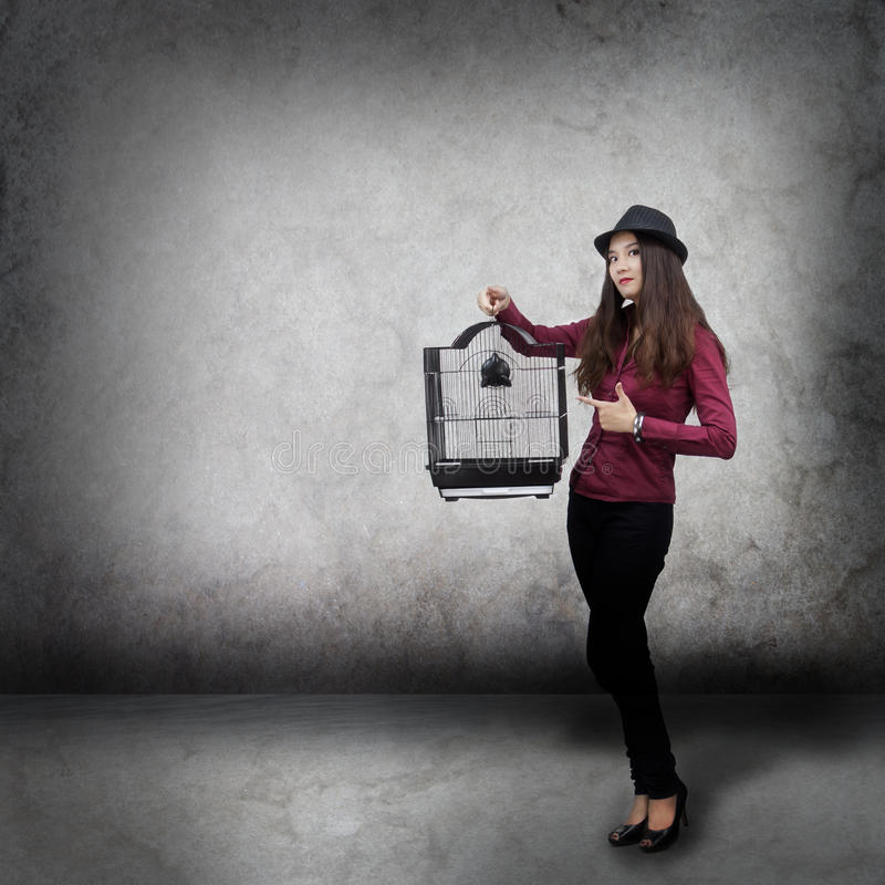 Jeune femme avec la cage d'oiseau images stock