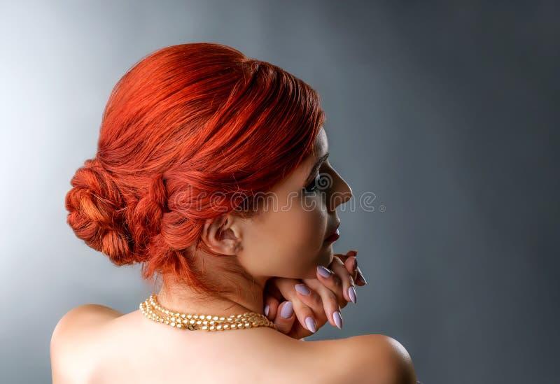 Jeune femme avec la coiffure tressée élégante images stock