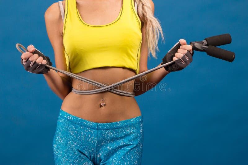 Jeune femme avec la corde à sauter image stock