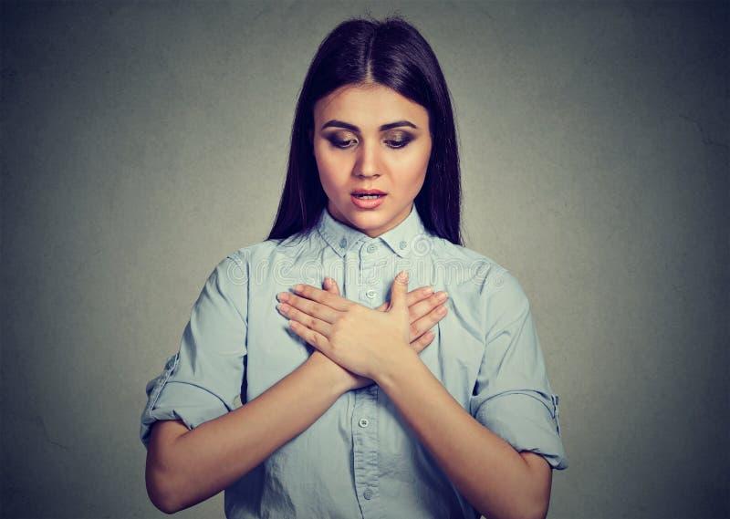 Jeune femme avec la crise d'asthme ou le problème respiratoire image libre de droits