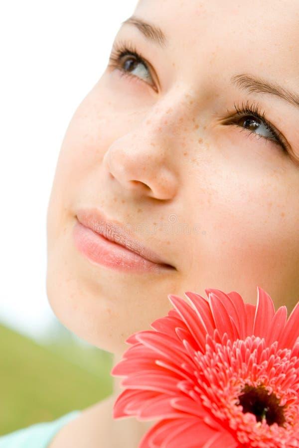 Jeune femme avec la fleur images stock