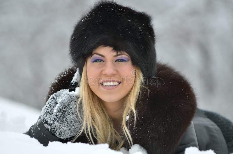Jeune femme avec la fourrure noire photos stock