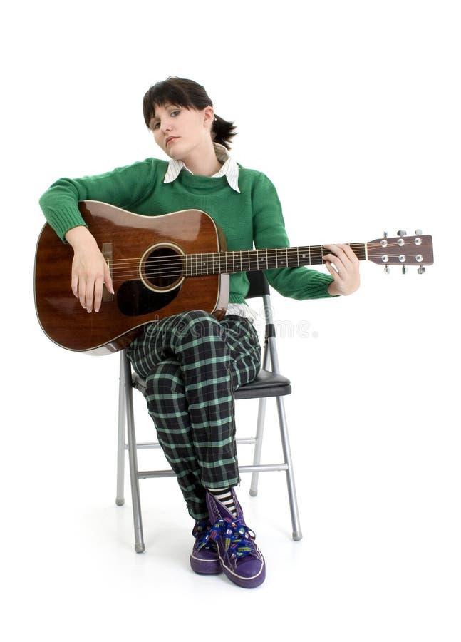 Jeune femme avec la guitare acoustique images stock