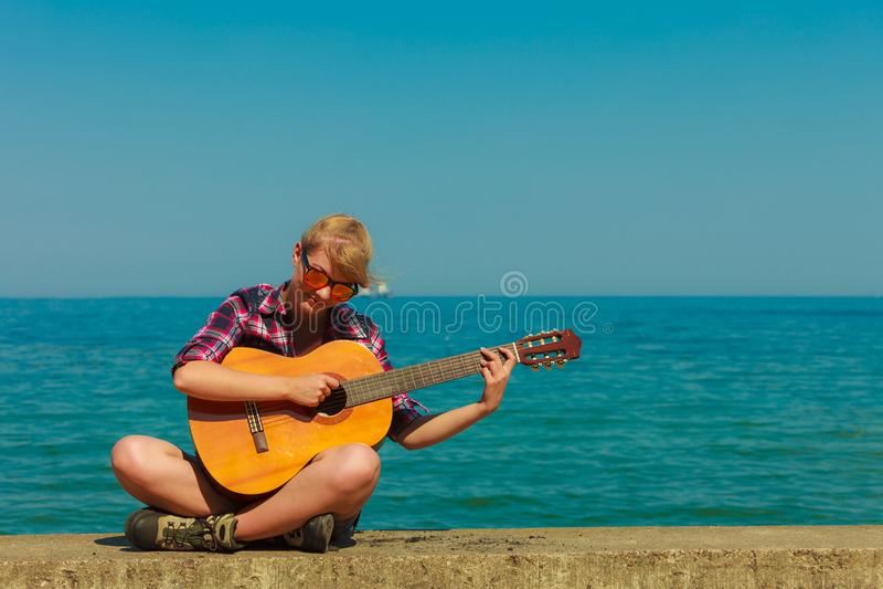 Jeune femme avec la guitare extérieure images libres de droits