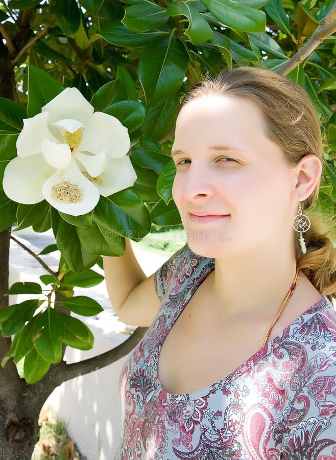 Jeune femme avec la magnolia images libres de droits