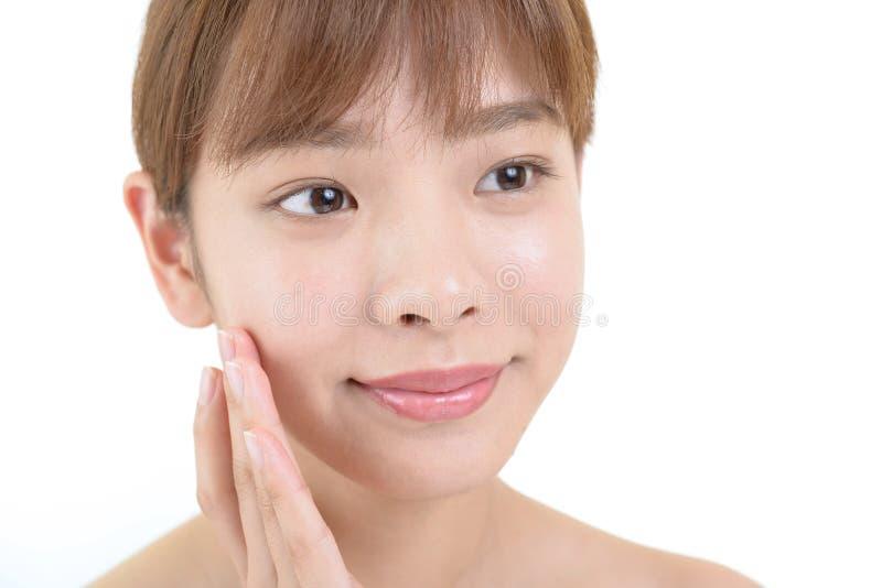Jeune femme avec la peau de sant? du visage photos stock
