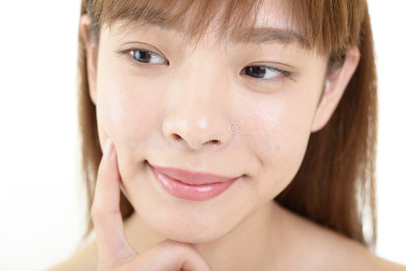 Jeune femme avec la peau de sant? du visage images libres de droits