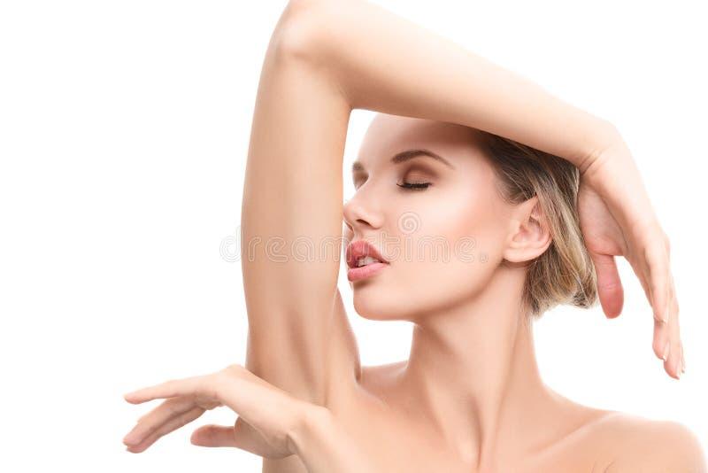 Jeune femme avec la peau propre parfaite photos stock