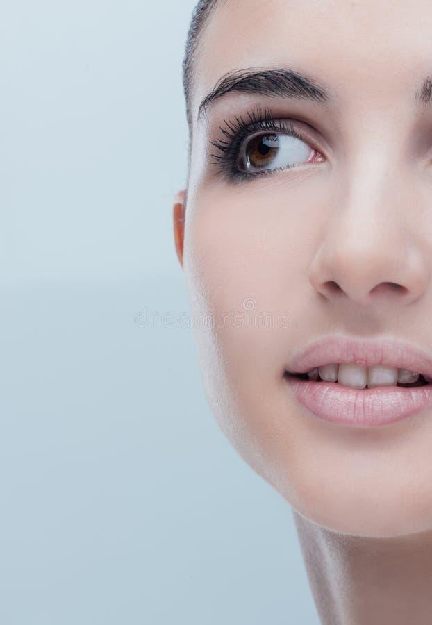 Jeune femme avec la peau rougeoyante de visage photographie stock libre de droits