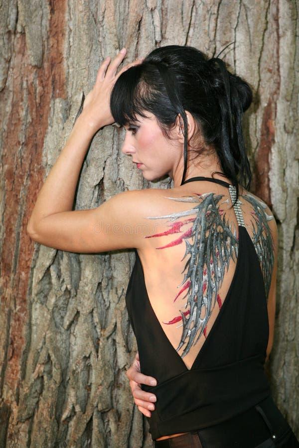 Jeune femme avec la peinture de fuselage photographie stock