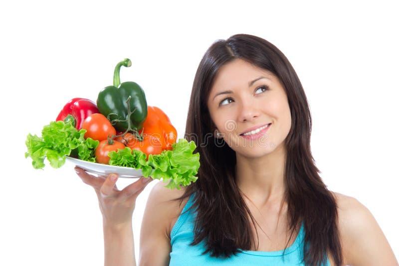 Jeune femme avec la plaque des légumes sains frais photo stock