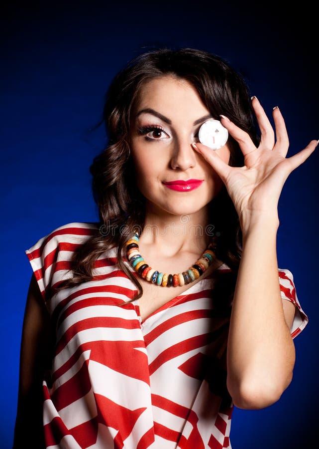 Jeune femme avec la puce de casino photo libre de droits
