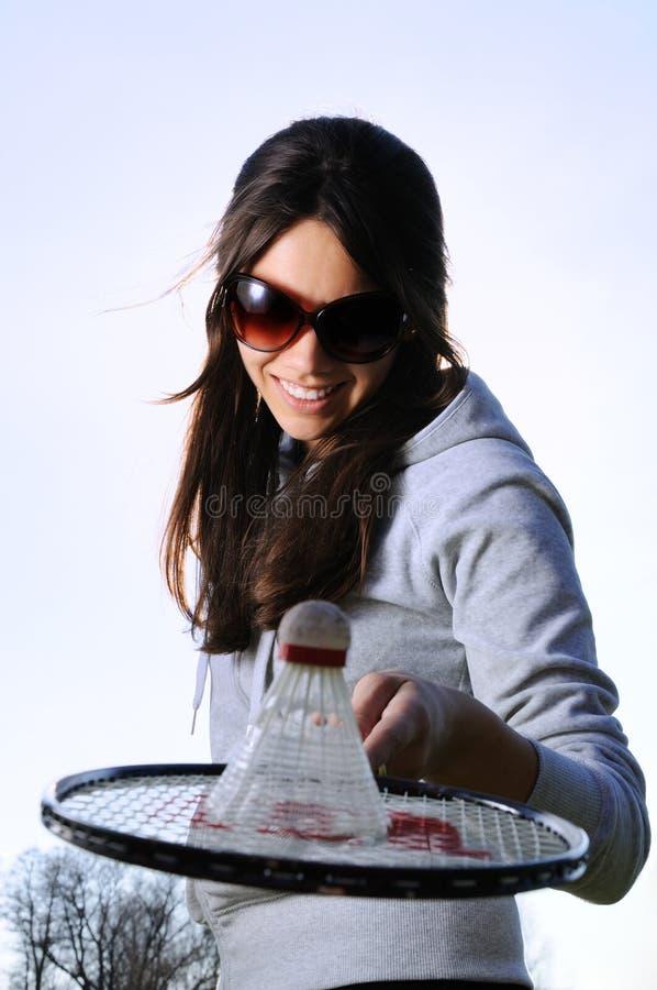 Jeune femme avec la raquette de badminton photos stock