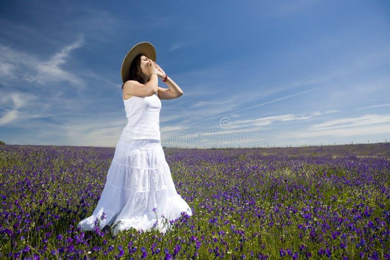 Jeune femme avec la robe blanche criant ou chantant image stock