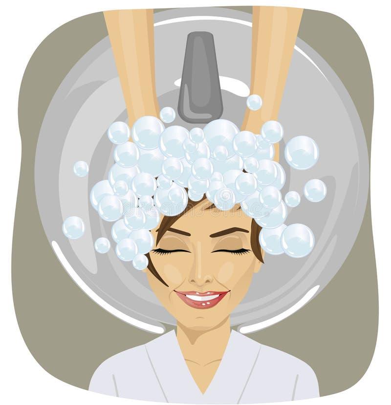 Jeune femme avec la tête de lavage de coiffeur au salon de coiffure illustration de vecteur