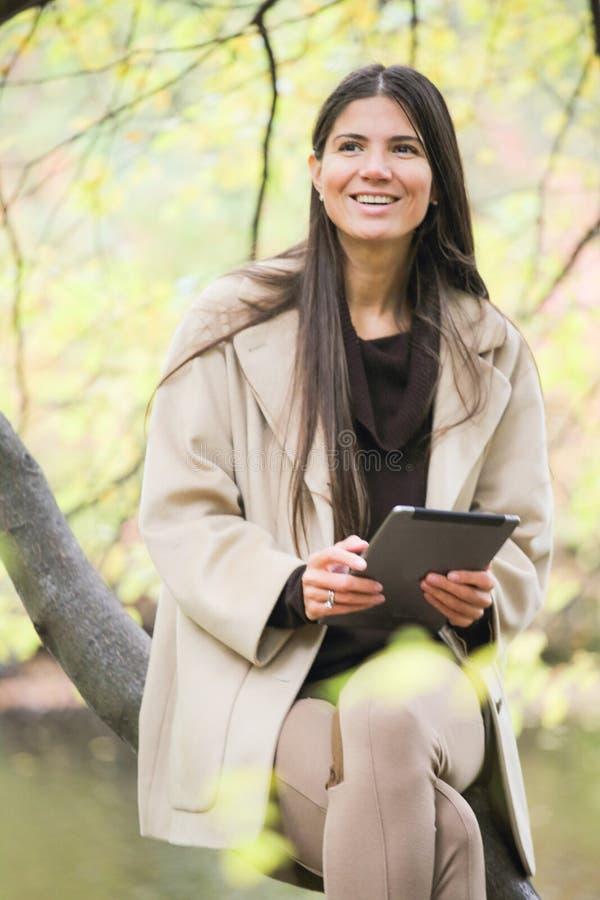 Jeune femme avec la tablette photographie stock