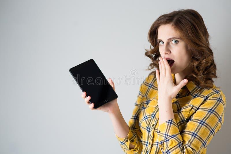 Jeune femme avec la tablette photo stock