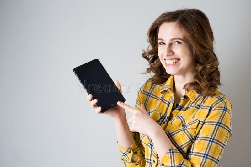 Jeune femme avec la tablette image stock